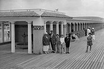 The wooden boardwalk (Planches). Deauville (France), circa 1925. © CAP / Roger-Viollet