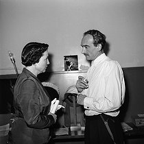 Jean Vilar (1912-1971), French actor and director, with Jeanne Laurent, assistant manager of Arts and Letters. © Roger-Viollet