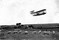 Wilbur Wright (1867-1912), American aviator, flying over the Roman countryside, on April 16, 1909. © Maurice-Louis Branger/Roger-Viollet