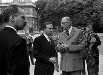 General Charles de Gaulle (1890-1970), President of the French Republic, and Michel Debré (1912-1996), French Prime Minister, during a garden party at the Elysee palace. Paris, on July 15, 1960. © Bernard Lipnitzki / Roger-Viollet