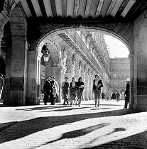 Salamanca (Spain). The arches of the plaza Mayor, 1952. © Roger-Viollet