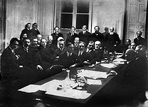 Meeting of members of the Russian Constituent Assembly (centre : Alexander Kerensky). Paris, circa 1925. © Pierre Choumoff/Roger-Viollet