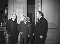 Vincent Auriol, President of the French Republic, greeting the American ministers John Foster Dulles and Harold Stassen at the Elysee palace. In the background: the ambassador James Dunn. Paris, on February 2nd, 1953. © Roger-Viollet