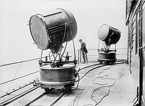 Electric spotlights by Sautter and Lemonnier, at the top of the Eiffel Tower. Paris. © Albert Harlingue / Roger-Viollet