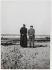 Deux hommes sur la plage. Photographie de Marcel Cerf (1911-2010), 1952. Bibliothèque historique de la Ville de Paris. © Marcel Cerf/BHVP/Roger-Viollet
