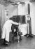 """Photographe opérant sur une reproduction de """"La Joconde"""". © Collection Harlingue / Roger-Viollet"""