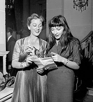 Florence Véran (1922-2006), French singer-songwriter, and Juliette Gréco (born in 1927), French actress and singer. © Roger-Viollet