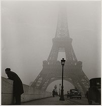 Iena bridge and Eiffel Tower in the mist. Paris (VIIth arrondissement), 1937. Photograph by Roger Schall (1904-1995). Paris, musée Carnavalet. © Roger Schall / Musée Carnavalet / Roger-Viollet