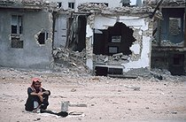 Man in front of his house in ruins. Karbala (Iraq), October 1991. © Françoise Demulder/Roger-Viollet