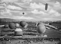 The Gordon Bennett Cup in ballooning, the world's oldest and most respected gas balloon race. Balloons at the big airfield near Zurich (Switzerland), on October 3rd, 1909. © Maurice-Louis Branger / Roger-Viollet