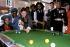 Le prince Charles (né en 1948), jouant au billard dans un centre pour jeunes avec des équipements récréatifs et culturels. Derby (Angleterre), 27 février 1981. © PA Archive/Roger-Viollet