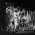 """Romy Schneider (1938-1982), actrice autrichienne, et Alain Delon (né en 1935), acteur français, dans """"Dommage qu'elle soit une putain"""" de John Ford au théâtre de Paris. Mise en scène de Luchino Visconti. Paris, mars 1961. © Studio Lipnitzki / Roger-Viollet"""