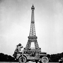 World War II. Soldiers of the 4th US Infantry division look at the Eiffel Tower in Paris, after the French capital had been liberated on August 25, 1944. © US National Archives / Roger-Viollet