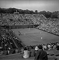 Internationaux de France of tennis in Roland-Garros (1956). Semifinal of the men's singles: L. Hoad against G. Merlo. Umpire: Eugene of Kermadec. Paris.     © Bernard Lipnitzki/Roger-Viollet
