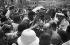Bain de foule du général de Gaulle pendant sa visite à Djibouti, août 1966. © Roger-Viollet