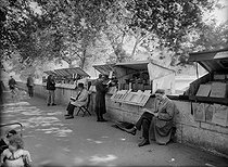 Secondhand booksellers on the embankments. Paris (France), 1934.  © Jacques Boyer / Roger-Viollet