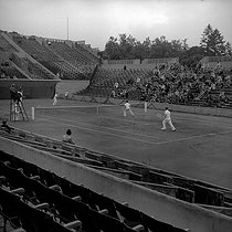 French Tennis Championship. Men's doubles. Bottom : Christian Boussus. Centre : Henri Cochet. Umpire : Rodelberger. Paris, Roland-Garros stadium, 1941. Photograph by Roger Berson. © Roger Berson/Roger-Viollet