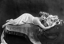 Colette (1873-1954), French writer, lying on the skin of a dead lion, 1906-1909. © Roger-Viollet