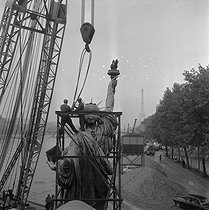 Moving the replica of the statue of Liberty, by Bartholdi, now located at the western end of the Ile aux Cygnes. Paris (XVth arrondissement), 1968. © Jacques Cuinières / Roger-Viollet