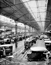 Atelier de finition des carrosseries automobiles. Paris, usines Citroën du quai de Javel, 1931.     © Jacques Boyer/Roger-Viollet