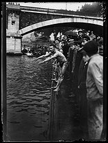 World War I. Swimmers at the start of the Swimming across Paris, swimming race taking place between the Pont National and the Pont Mirabeau. Paris, on July 29, 1917. © Excelsior – L'Equipe/Roger-Viollet