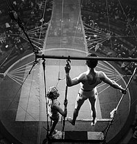 Circus : trapeze artists. France, circa 1935. © Gaston Paris / Roger-Viollet