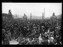 "World War I. US troops arriving in Paris, on July 3rd, 1917. Crowd at the place de la Concorde. Photograph published in the newspaper ""Excelsior"", on July 4, 1917. © Excelsior – L'Equipe/Roger-Viollet"