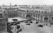 Treaty of Versailles, June 28, 1919. Plenipotentiaires arriving by automobile at the chateau. © Roger-Viollet