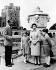 Le duc Philip d'Edimbourg, la reine Elisabeth II avec le prince Charles et la princesse Anne. Jardins du château de Windsor (Angleterre), 4 juin 1959. © TopFoto/Roger-Viollet