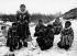 Femmes inuites avec leurs enfants. Groenland. © Haeckel Collection/Ullstein Bild/Roger-Viollet