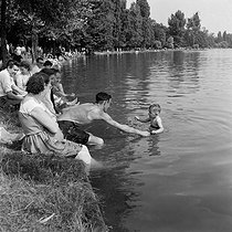 Heatwave. Parisians on the banks of lake Daumesnil. Paris (XIIth arrondissement), July 1955. © Collection Roger-Viollet/Roger-Viollet