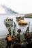 """Guerre des Malouines. Rescapés de l'attaque aérienne du """"Sir Galahad"""", navire de transport de la Royal Air Force, débarquant dans San Carlos Bay à bord de bateaux de sauvetage, 8 juin 1982. © PA Archive/Roger-Viollet"""