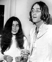 John Lennon  et Yoko Ono à une exposition d'oeuvres de John dédicacées à Yoko. Londres (Angleterre), Galerie Mayfair. Le 1 juillet 1968. © TopFoto / Roger-Viollet