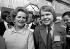 Margaret Thatcher (1925-2013), femme politique anglaise et William Hague (né en 1961), homme politique anglais, après un discours ovationné durant la conférence du parti conservateur. Blackpool (Angleterre), 12 octobre 1977. © PA Archive / Roger-Viollet