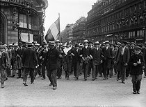 Signing of the Treaty of Versailles. Jubilant crowd in the streets of Paris, on June 28, 1919. © Maurice-Louis Branger/Roger-Viollet