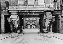 Carlsberg brewery, the Elephant gate. Copenhagen (Denmark), 1901. © Collection Roger-Viollet/Roger-Viollet