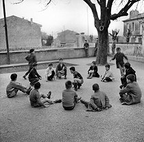 Ecoliers jouant. France, vers 1950.  © Roger-Viollet