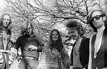 Janis Joplin (1943-1970), chanteuse amércaine, et le groupe Big Brother (James Gurley, Sam Andrew, Dave Getz et Peter Albin). Photographie de Lisa Law. Woodacre (Californie, Etats-Unis), 1967.  © Lisa Law / The Image Works / Roger-Viollet