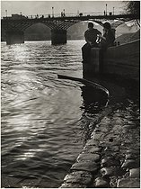 Quai du Louvre. Couple on the banks of the river Seine, near the pont des Arts. Paris (Ist arrondissement), 1949. Photograph by Edith Gérin (1910-1997). Bibliothèque historique de la Ville de Paris. © Edith Gérin / BHVP / Roger-Viollet