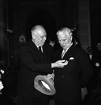 Charlie Chaplin (1889-1977), English actor and director, with Jean Renoir (1894-1979), French director. © Roger-Viollet