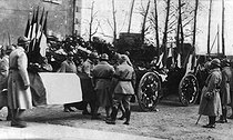 Armistice Day commemoration at the citadel of Verdun. The coffin of the Unknown Soldier placed on an artillery prolonge and transported to the train station. Verdun (France), on November 11, 1920. © Neurdein/Roger-Viollet