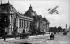 Biplan Henri Farman survolant le Petit Palais (architecte : Charles Girault). Paris, années 1900. © Neurdein/Roger-Viollet