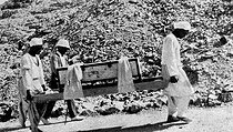 Discovery of Pharaoh Tutankhamun's tomb (who died in 1323 BC) in 1923. The removal of the funerary bed made of gilded wood, carried by two Egyptians, in the presence of Howard Carter. © Roger-Viollet
