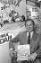 """Albert Uderzo (né en 1927), dessinateur franco-italien et scénariste d'""""Astérix et Obélix"""", lors d'un salon du livre. Francfort (Allemagne), 1er octobre 1987. © Ullstein Bild/Roger-Viollet"""