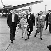 Edith Piaf, her friend, the young American painter Doug Davies, and Bruno Coquatrix, at Orly (France) in 1959. © Claude Poirier / Roger-Viollet