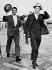 """Dean Martin (1917-1995), acteur américain et Frank Sinatra (1915-1998), acteur et chanteur américain, sur le chemin des studios Shepperton pour le tournage de """"Astronautes malgré eux"""" (""""The Road to Hong Kong""""), film de Norman Panama. Londres (Angleterre), 4 août 1961. © PA Archive / Roger-Viollet"""