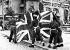 Guerre 1939-1945. Policiers militaires britanniques hissant l'Union Jack à l'occasion de l'entrée officielle de leur armée dans Berlin (Allemagne), 30 mai 1945. © PA Archive/Roger-Viollet
