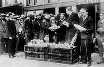 Unemployed people bartering during the 1929 economic crisis in the United States. © Roger-Viollet