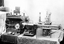 Ducretet and Ernest Roger TSF receiver. The device on the left, in the casket, was used on the Eiffel Tower for the first communication by TSF, in 1898. © Ernest Roger / Roger-Viollet