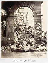 """Album """"Remains of the Paris Commune"""" (1871). Inner courtyard of the Ministry of Finance (plate 32). Anonymous photograph. Paris, musée Carnavalet. © Musée Carnavalet/Roger-Viollet"""